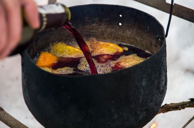 приготування глінтвейну на вогнищі