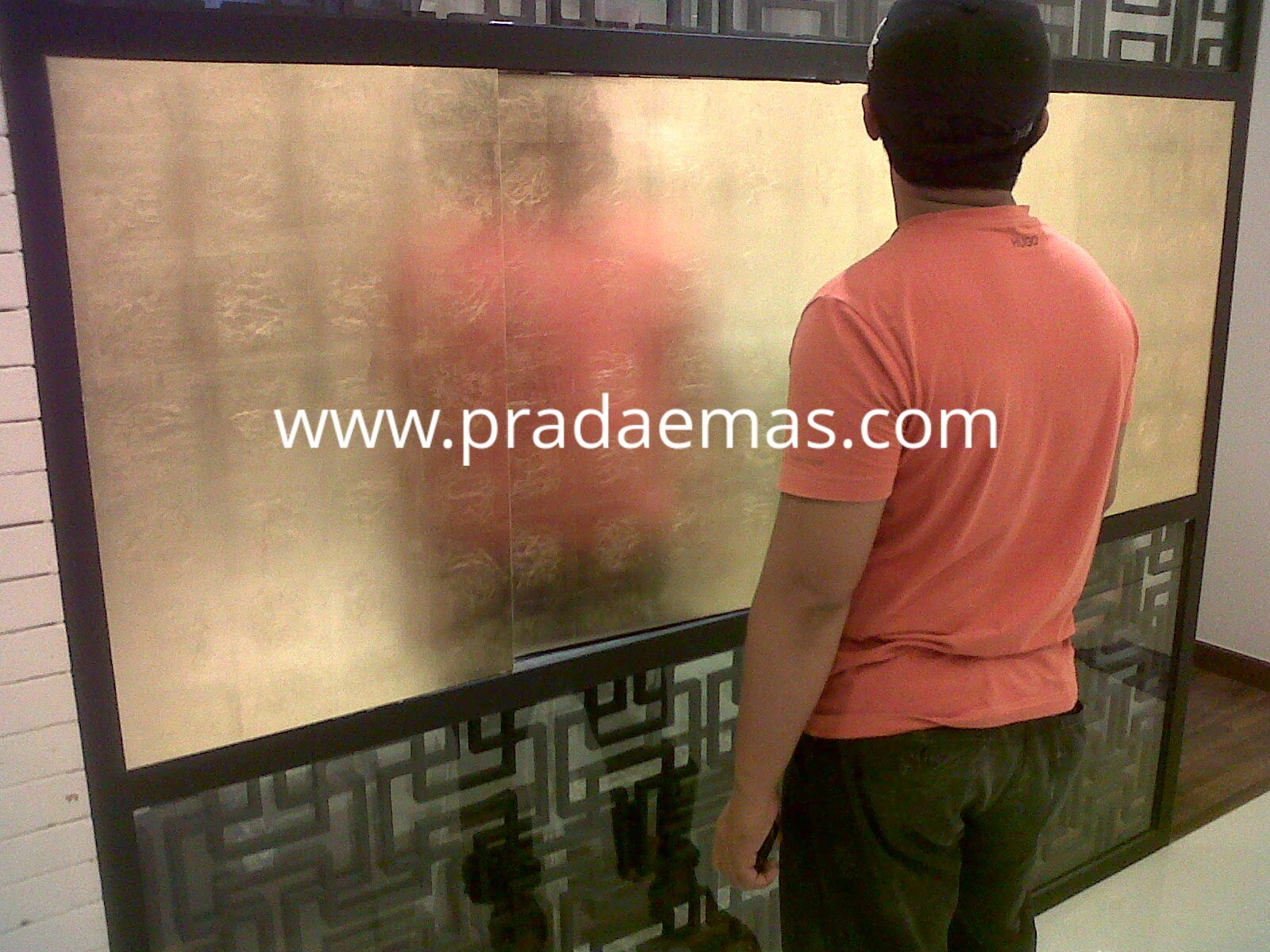 hasil gold leaf finish pada panel putar dudukan tv