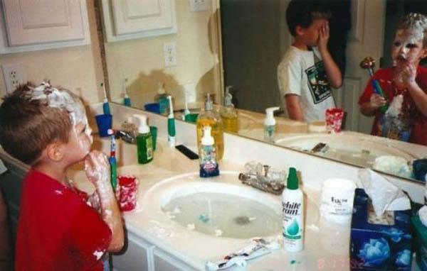 Niño bañádo en crema de afeitar