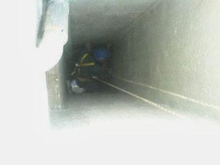 foto trabajador vertical trabando en patinillo