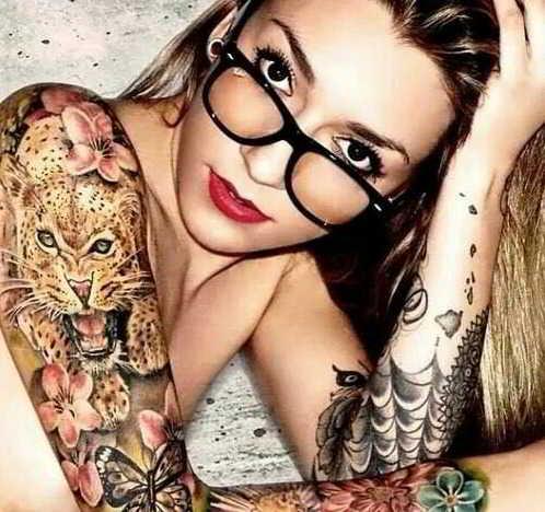 chica con tatuaje de tigre en el brazo