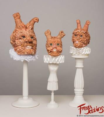 Escultura con juguetes de plástico reciclados