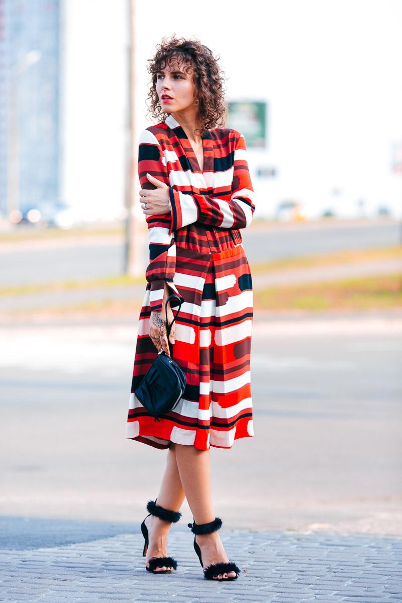 способы ношения платья с ярким принтом