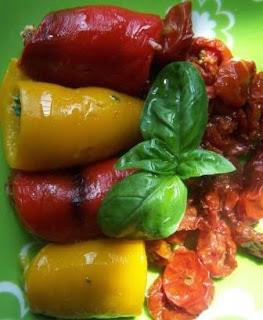 Peperoni arrotolati e pomodorini al forno