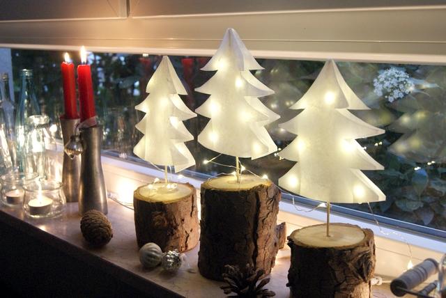 DIY Weihnachtsbäume aus Papier mit Mini-Lichterkette
