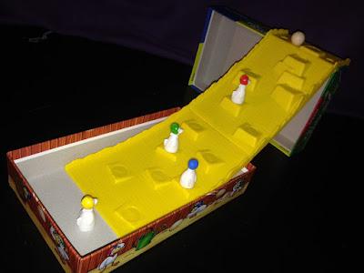Imagen en la que se ve la pista montada y las gallinas en diferentes casillas con el huevo en lo alto.