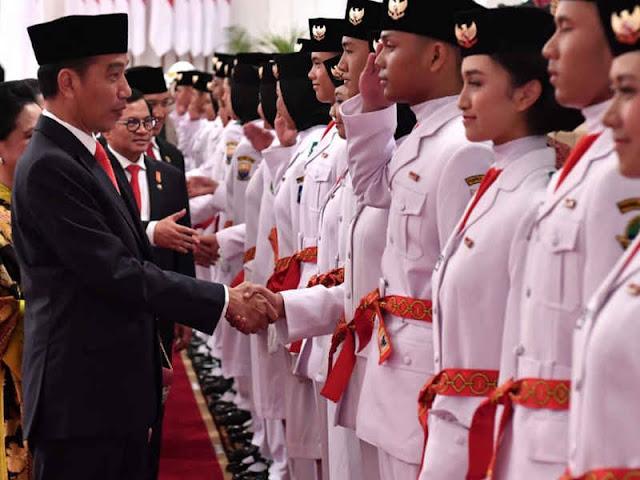 Jokowi Kukuhkan 68 Anggota Paskibraka di Istana Negara