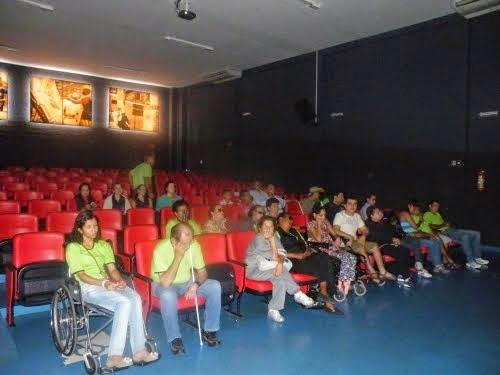 Alunos acompanham a exibição do filme com audiodescrição