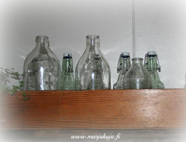 riihimaen lasipullot puulaatikossa