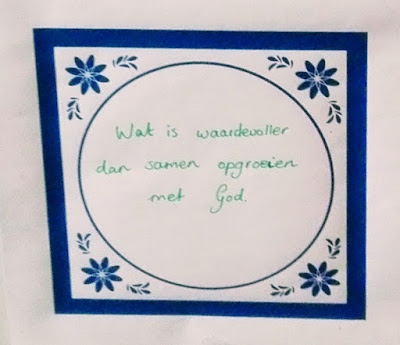 Tekening van een tegeltje met de tekst: 'Wat is waardevoller dan samen opgroeien met God?'