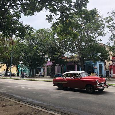 Avenida Carlos III. La Habana. Almendrón rojo