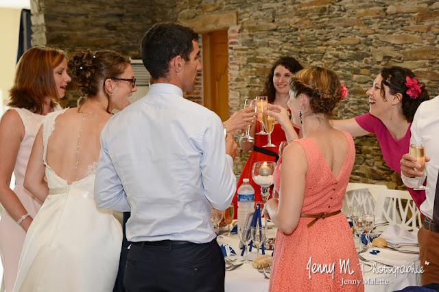 photo arrivée des mariés dans la salle, trinquons pour les mariés