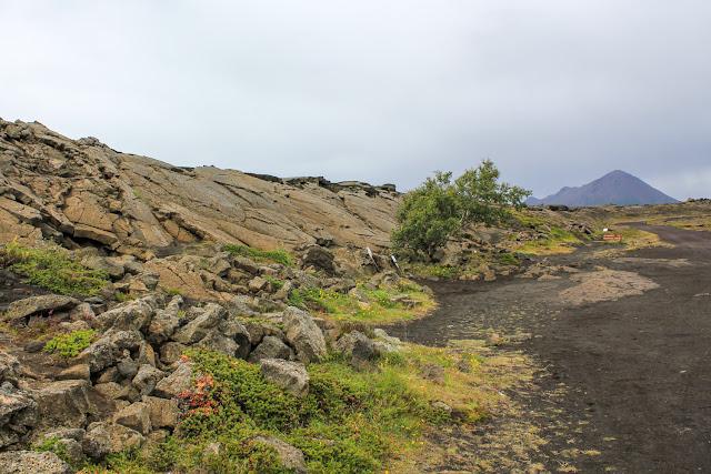 Grieta con la montaña Hlíðarfjall de fondo