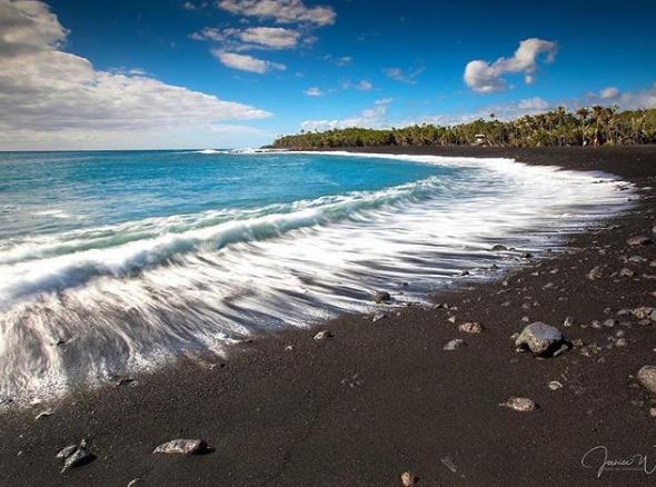 Playa de Hawái estrena arena negra por erupción del Kilauea