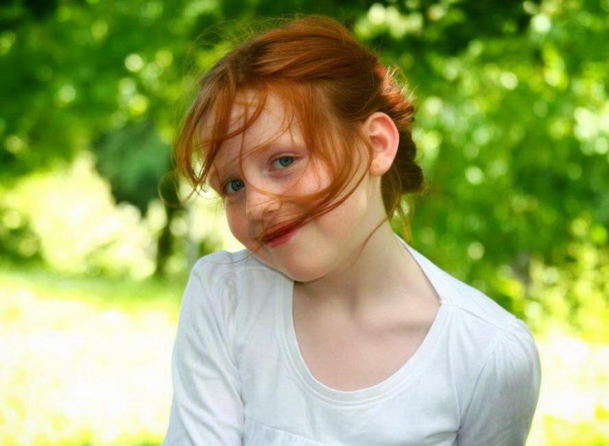 Gambar anak perempuan cantik tersenyum pakai baju putih