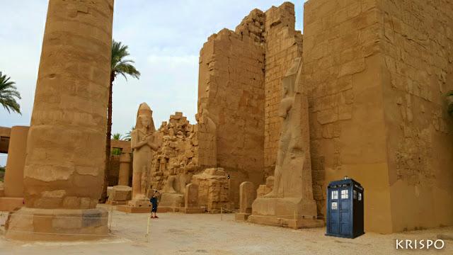 La nave TARDIS del dr. WHO en las ruinas de un templo de egipto