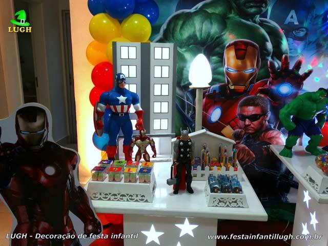 Ornamentação da mesa do bolo para festa de aniversário com o tema infantil Os Vingadores