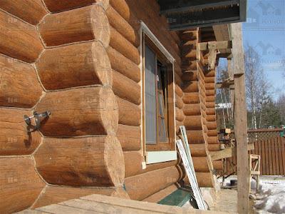 Процесс конопатка сруба дома ручной рубки Симагино.