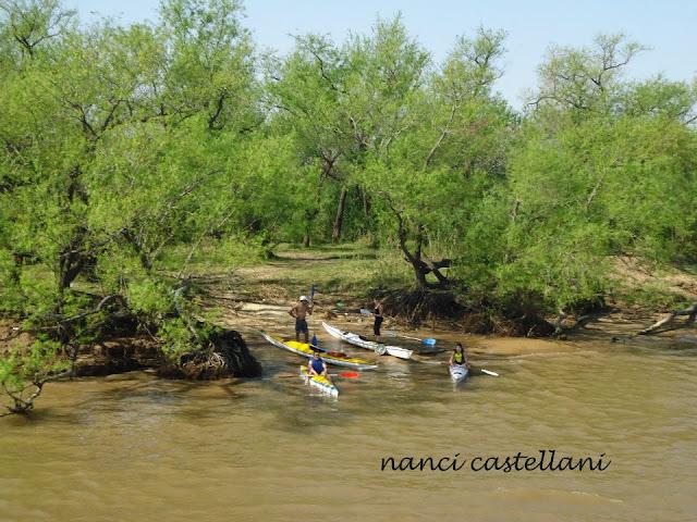 Kayakistas en el Rio Parana