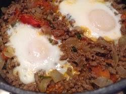 Kepti kiaušiniai su malta mėsa