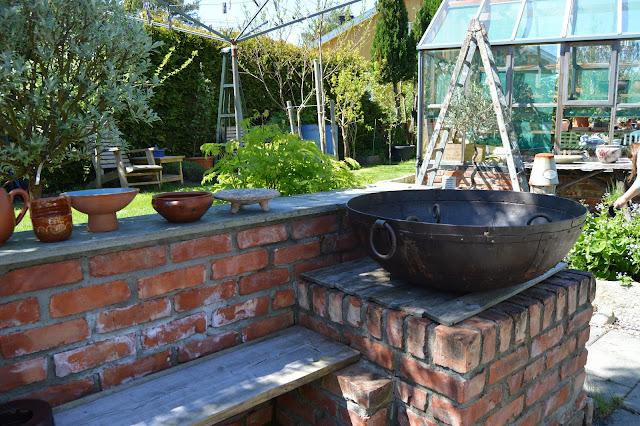En solrik dag i Cornelias Verden - Bålpanne i utekjøkkenet