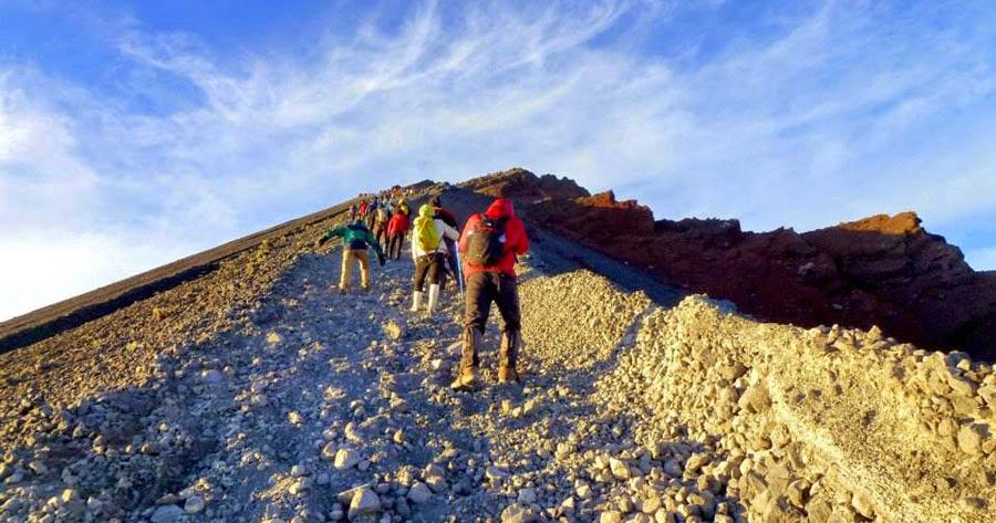 Pendaki ke Puncak Gunung Rinjani 3100 m dpl Taman Nasional Gunung Rinjani
