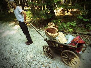 Mit Abfall beladener alter Leiterwagen