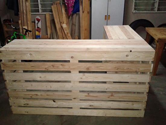 meja resepsionis dari kayu peti kemas bekas