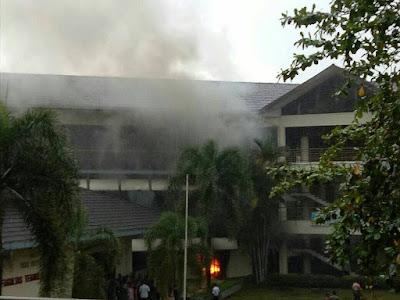 Kebakaran  Gedung Fateta IPB Wing C. Foto : grup WA Andalan.