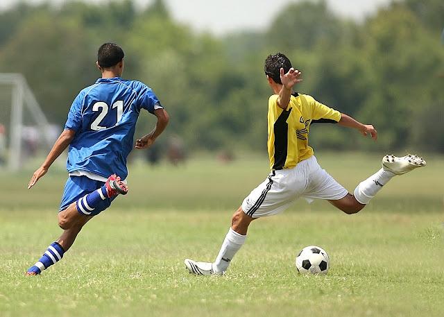 evidencia de que los hombres son mas agresvivos que las mujeres - jovenes jugando soccer