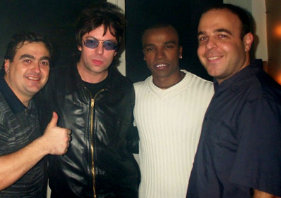 """Os """"garagistas"""" Paulo Cesar Martin (esq.) e André Barcinski (dir.) recebem o líder do Echo and the Bunnymen, Ian McCulloch e seu """"parça"""" Alexandre Pires nos estúdios da Brasil 2000 FM, no começo dos anos 2000. (Foto: Divulgação)"""