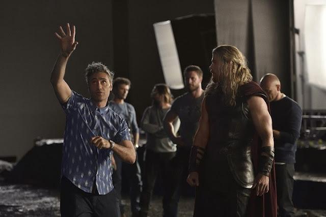 Director Taika Waititi en el set de Thor: Ragnarok