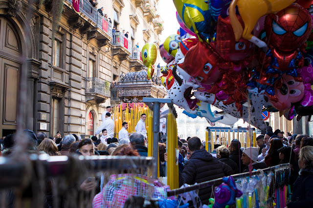 Festa di Sant'Agata a Catania-Giro esterno-Processione dei fedeli devoti con la vara