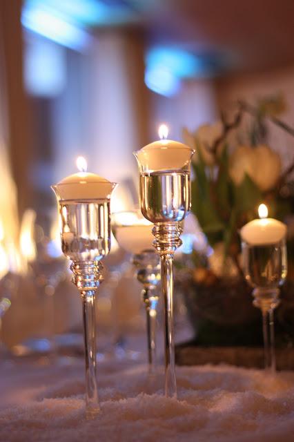 Kerzenschein, Eisblau und Leuchtrot, Winterhochzeit in den Bergen von Bayern, Riessersee Hochzeitshotel Garmisch-Partenkirchen, Winter wedding in Bavaria, Germany