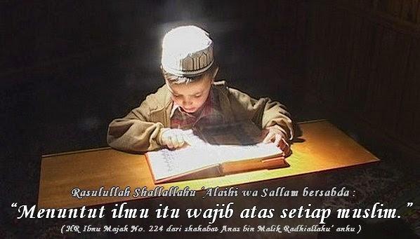 foto anak laki-laki sedang membaca alqur'an