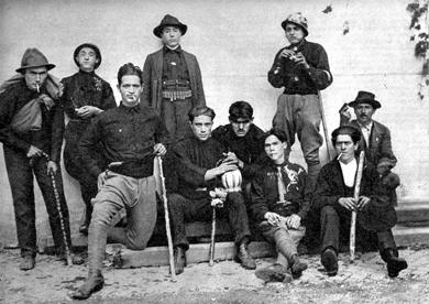 Jeunes fascistes en chemises noires
