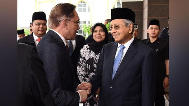 Mahathir Sesalkan Polisi Tahan Penghinanya di Facebook