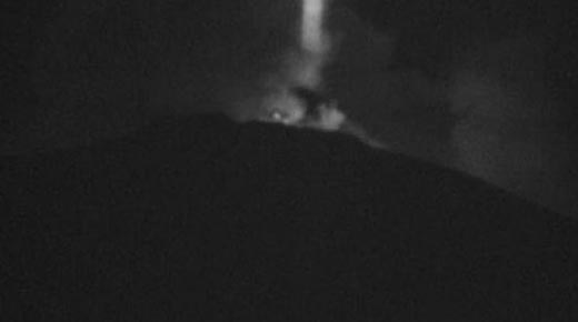 Misteriosa haz sobre el Monte Etna y OVNIs sobre el volcán mexicano