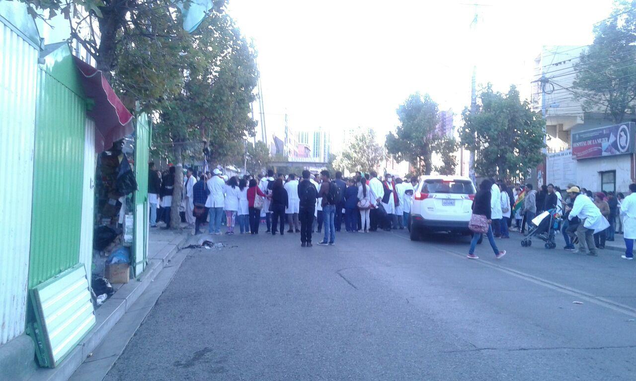 Primero cinco piquetes de huelga de médicos se instalaron en La Paz, Santa Cruz y Oruro