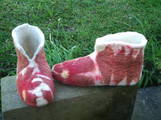 Pantufa feltrada com lã na cor cru, com folhas marrons e bordada com linha de costura