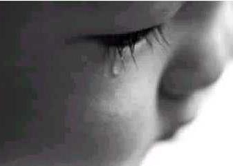 Foto de las lágrimas de un pequeño bebé