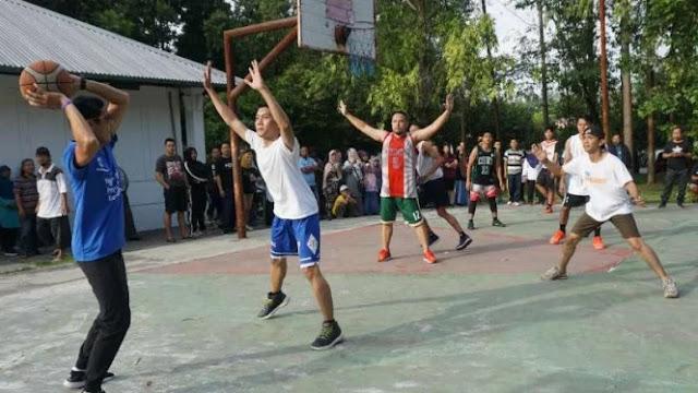 Main Basket di Stadion Manahan, Sandiaga Dikerubuti Emak-Emak
