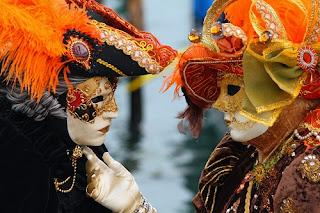 Amantes vestidos con el traje típico de carnaval veneciano, con las representativas máscaras.
