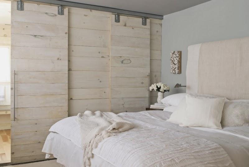 Drewno i kamienny kominek, wystrój wnętrz, wnętrza, urządzanie domu, dekoracje wnętrz, aranżacja wnętrz, inspiracje wnętrz,interior design , dom i wnętrze, aranżacja mieszkania, modne wnętrza, drewniane wnętrza, styl eko, styl skandynawski, sypialnia