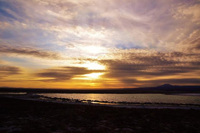 Hora do pôr do sol na Laguna Tebinquiche