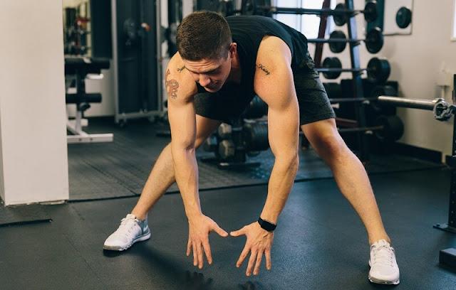 seorang pria yang sedang berolahraga di gym