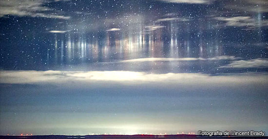 Luzes alienígenas? Estranhos Pilares de Luz flutuando no céu intrigam cientistas