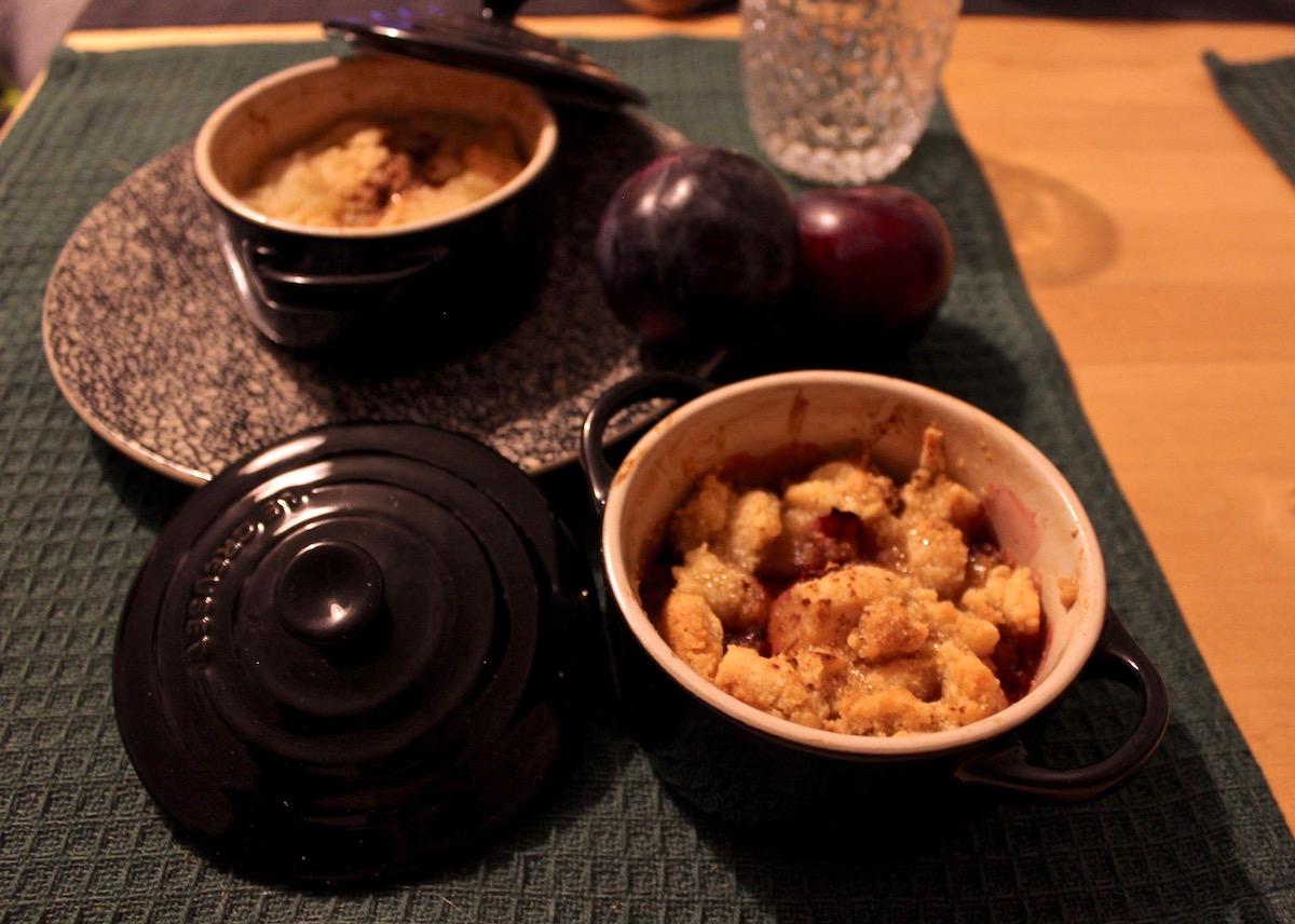 Food Dinner Rezept Le Creuset Bräter Gericht Dessert Crumble Einfach Apfel Zwetschgen Streusel Rezept Langsam Garen www.theblondelion.com