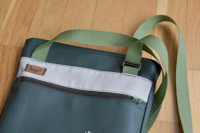 Der Trageriebem ist nur auf der Rückseite der Tasche befestigt, dadurch liegt die Tasche charakteristisch an