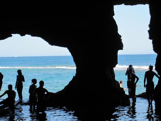 Boques d'accés a la sala inundada de la cova Tallada
